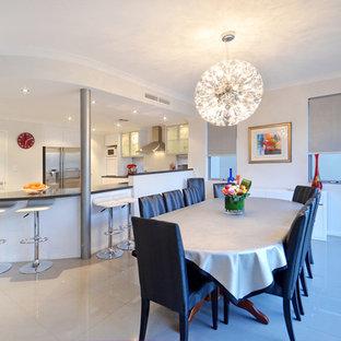 Immagine di una sala da pranzo con pareti con effetto metallico e pavimento in gres porcellanato