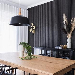 Idées déco pour une salle à manger contemporaine avec un mur noir, aucune cheminée et du lambris.