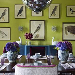 Aménagement d'une salle à manger contemporaine avec un mur vert.