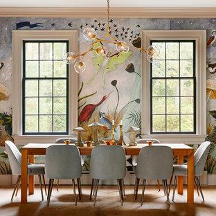 Ispirazione per una sala da pranzo boho chic con pareti multicolore, pavimento in legno massello medio e pavimento marrone