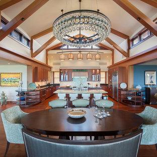 Offenes, Geräumiges Tropisches Esszimmer ohne Kamin mit weißer Wandfarbe und braunem Holzboden in Hawaii