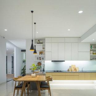 Imagen de comedor de cocina moderno, grande, con paredes blancas, suelo de baldosas de cerámica y suelo blanco