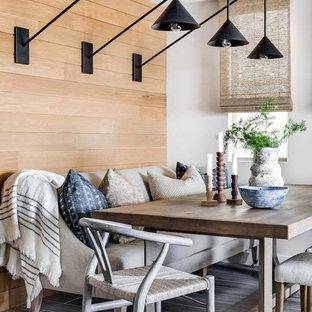 Foto di una piccola sala da pranzo stile marinaro con pareti bianche, nessun camino e pavimento grigio