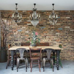 Idee per una sala da pranzo eclettica di medie dimensioni e chiusa con pareti bianche, pavimento in cemento e pavimento grigio