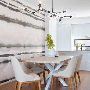 Свежая идея для дизайна: кухня-столовая среднего размера в современном стиле с светлым паркетным полом - отличное фото интерьера