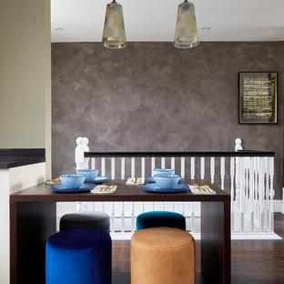 Diseño de comedor bohemio, pequeño, abierto, con paredes grises, suelo de madera oscura y suelo marrón