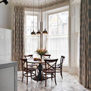 Modelo de comedor de cocina clásico, grande, con paredes blancas y suelo de mármol