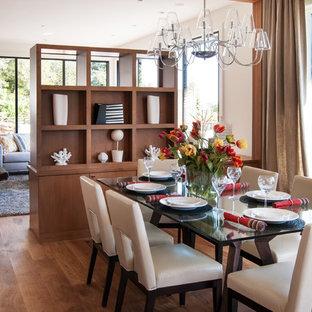 Diseño de comedor contemporáneo con paredes blancas y suelo de madera en tonos medios