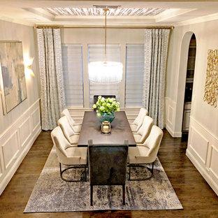 Источник вдохновения для домашнего уюта: столовая среднего размера в стиле неоклассика (современная классика) с бежевыми стенами, темным паркетным полом, коричневым полом, потолком с обоями и панелями на стенах