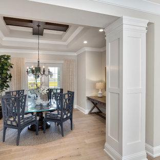Geschlossenes, Mittelgroßes Tropenstil Esszimmer mit beiger Wandfarbe, hellem Holzboden und braunem Boden in Tampa