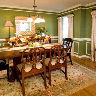 Idee per una sala da pranzo classica chiusa e di medie dimensioni con pareti verdi e parquet chiaro