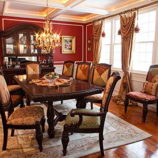 Foto di una grande sala da pranzo eclettica chiusa con pareti rosse e parquet scuro