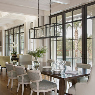 Exemple d'une salle à manger ouverte sur le salon bord de mer avec un sol en bois brun, aucune cheminée et un plafond en lambris de bois.