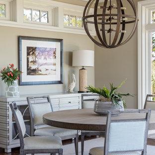 Maritimes Esszimmer mit beiger Wandfarbe, dunklem Holzboden, braunem Boden und Kassettendecke in Charleston