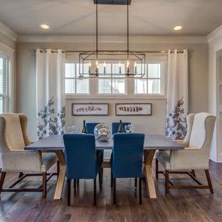 Idee per una sala da pranzo tradizionale chiusa con pareti beige, pavimento in legno massello medio e pavimento marrone