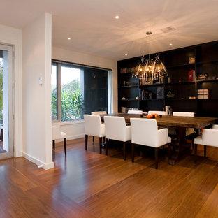 Ispirazione per una sala da pranzo minimalista con pareti nere e pavimento in legno massello medio