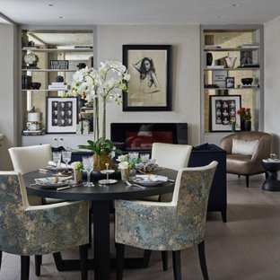 Esempio di una sala da pranzo tradizionale di medie dimensioni con pareti beige, parquet chiaro e camino lineare Ribbon