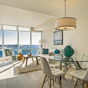 Foto di una piccola sala da pranzo aperta verso la cucina moderna con pareti beige e parquet chiaro