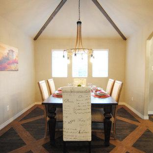 Immagine di una sala da pranzo boho chic chiusa e di medie dimensioni con pareti grigie e pavimento in vinile