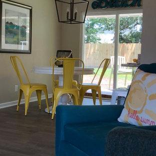 Esempio di una piccola sala da pranzo costiera con pareti beige, pavimento in laminato, nessun camino e pavimento grigio
