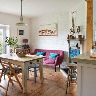 Idee per una sala da pranzo aperta verso la cucina bohémian con parquet chiaro