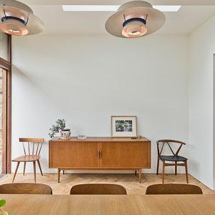 ケンブリッジシャーの小さいミッドセンチュリースタイルのおしゃれな独立型ダイニング (白い壁) の写真