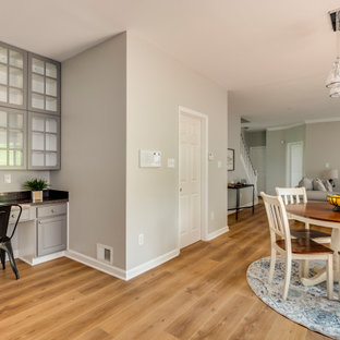 Ispirazione per una sala da pranzo aperta verso la cucina design di medie dimensioni con pavimento in vinile, pavimento giallo e pareti grigie