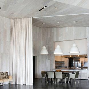Modelo de comedor rústico, grande, abierto, con paredes blancas y suelo de mármol