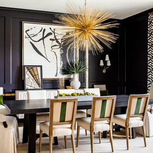 Inspiration för klassiska matplatser, med svarta väggar, mörkt trägolv och brunt golv