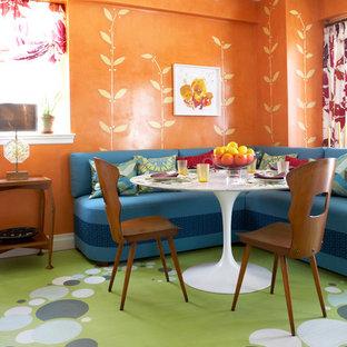 Ispirazione per una sala da pranzo aperta verso la cucina boho chic di medie dimensioni con pareti arancioni, nessun camino e pavimento in legno verniciato