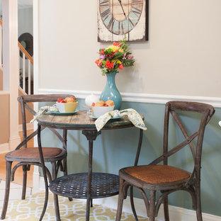 Modelo de comedor campestre, pequeño, abierto, sin chimenea, con paredes azules, suelo de baldosas de cerámica y suelo beige