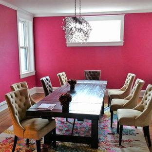 Esempio di una grande sala da pranzo boho chic chiusa con pareti rosa, nessun camino e parquet scuro