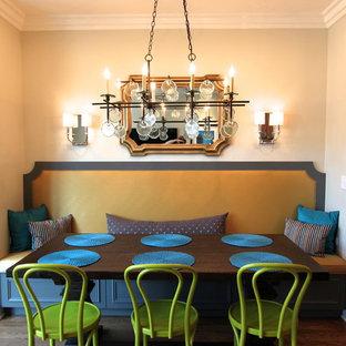 Новые идеи обустройства дома: столовая в современном стиле с бежевыми стенами и темным паркетным полом