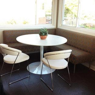 Ispirazione per una piccola sala da pranzo minimalista con pareti beige e pavimento in gres porcellanato