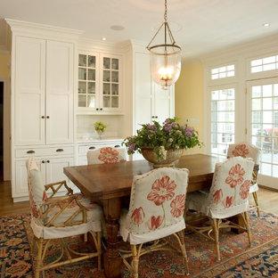 Идея дизайна: столовая в классическом стиле с желтыми стенами
