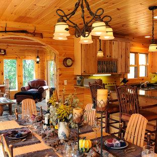 Ejemplo de comedor de cocina rural, de tamaño medio, con paredes marrones y suelo de madera clara