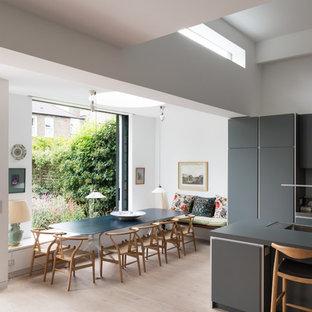 Idéer för att renovera en stor funkis matplats med öppen planlösning, med vita väggar, ljust trägolv och beiget golv