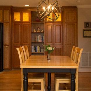 Foto de comedor de cocina clásico renovado, de tamaño medio, con paredes beige, suelo de madera en tonos medios y suelo naranja