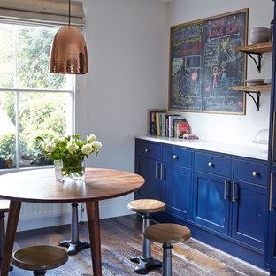 Esempio di una sala da pranzo country chiusa e di medie dimensioni con pareti bianche e parquet scuro