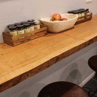 Idee per una sala da pranzo stile rurale con pavimento in ardesia e pavimento nero