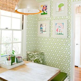 Ejemplo de comedor de cocina contemporáneo con paredes multicolor y suelo de madera en tonos medios