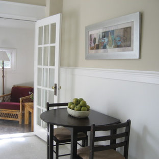 Imagen de comedor clásico, de tamaño medio, cerrado, sin chimenea, con paredes beige, suelo de linóleo y suelo beige