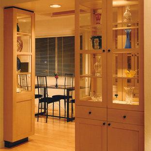 Inspiration pour une salle à manger minimaliste de taille moyenne avec un mur blanc, un sol en bois clair et un sol jaune.