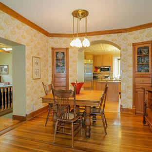 Inspiration pour une salle à manger victorienne fermée avec un mur multicolore et un sol en bois brun.