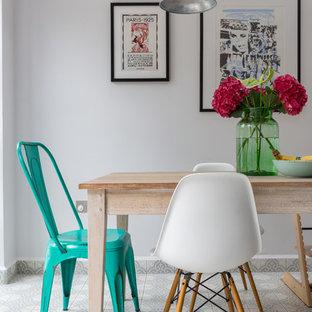 Foto di una sala da pranzo nordica con pareti grigie