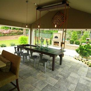 Imagen de comedor de cocina clásico renovado, de tamaño medio, sin chimenea, con paredes marrones, suelo de ladrillo y suelo gris