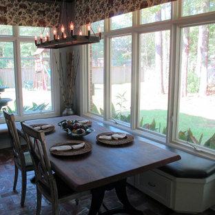 Foto de comedor de cocina clásico renovado, de tamaño medio, con paredes grises y suelo de ladrillo