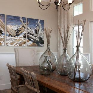 オーランドの中サイズのトロピカルスタイルのおしゃれなダイニングキッチン (グレーの壁、磁器タイルの床) の写真