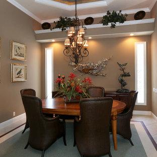 オーランドの中サイズのトロピカルスタイルのおしゃれなダイニングキッチン (茶色い壁、磁器タイルの床、暖炉なし、ベージュの床) の写真
