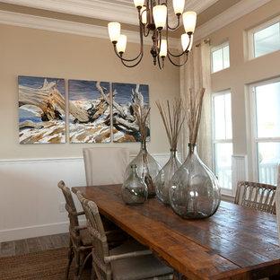 Exempel på ett mellanstort exotiskt kök med matplats, med grå väggar, mörkt trägolv och flerfärgat golv